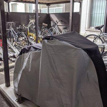駐輪場は屋根付きなので天気の影響を受けにくいですね。
