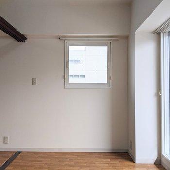 【洋室】東向きの小窓があり、2面採光になっています。