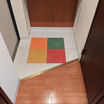 カワイイ4色のマークが床にあります。土間が広めなので身支度がしやすいですね。