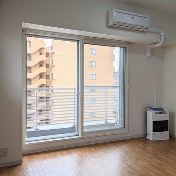 【洋室】窓は南向きなので、日中は明るく生活できます。