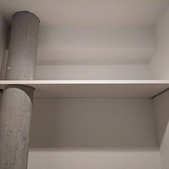 トイレ上には棚があります。トイレットペーパーや掃除道具を置きましょう。