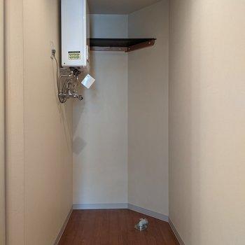 洗濯機置き場は脱衣所にあります。
