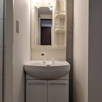 コンセント、棚つきで便利な独立式洗面台。