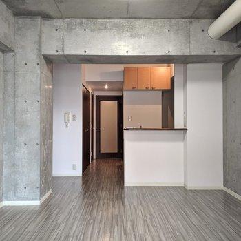 【LDK】キッチンは開放型。明るく調理ができます。