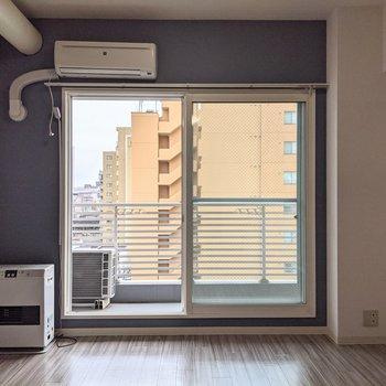 【洋室】窓は南向きなので、明るく生活できます〜。