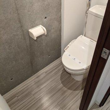 トイレもコンクリ打ちっぱなし。温水便座付きです。