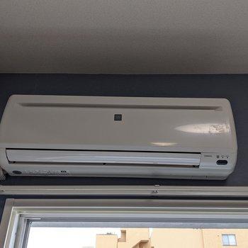 【洋室】夏場も涼しく暮らせるエアコン付き。
