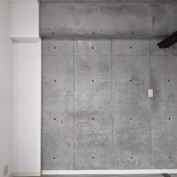 【洋室】天井までコンクリ打ちっ放し。