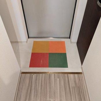 カワイイ4色のマークが玄関スペースにあります。
