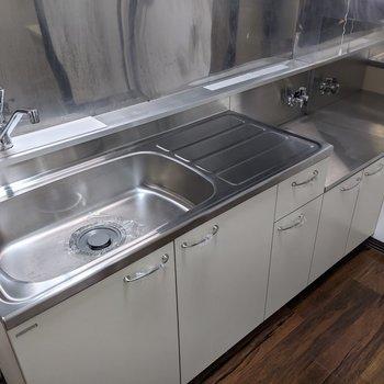 【LDK】清潔感のあるキッチン。コンロは持ち込みです〜。