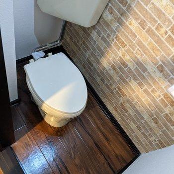 トイレ壁はブロック調でオシャレです。