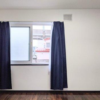 【キッチン側洋室】窓は北向き。優しい光が入ります。