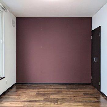 【LD側洋室】ぶどう色のクロスがオシャレ!
