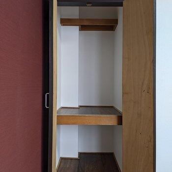 【LD側洋室】縦長のクローゼットがあります。2段あるので種類ごとに分けられます。