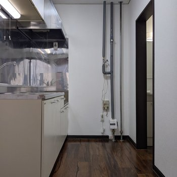 【LDK】キッチン裏側は移動しやすい広さですよ。
