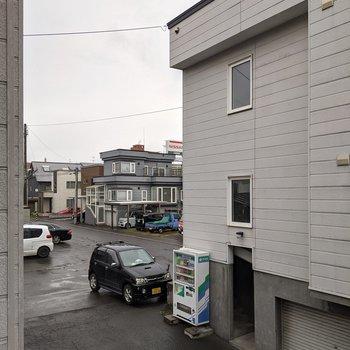 【LD側洋室眺望】正面は隣の建物になります。