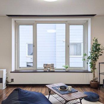 【LDK】大きな窓は南東向きですよ。※家具はサンプルです