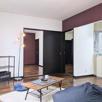 【LDK】リビングから両方の洋室に行くことができますね。※家具はサンプルです
