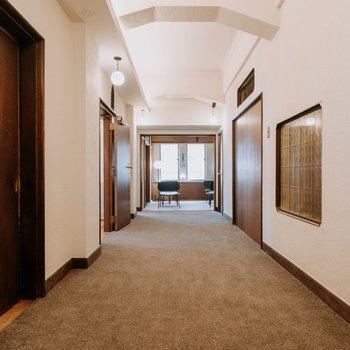 照明にほっとする廊下
