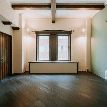 窓枠や扉の木材がかわいい