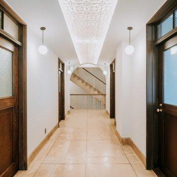 天井の照明と木の扉のデザインがおしゃれです