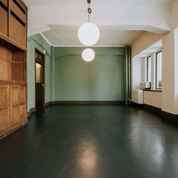 グリーンの壁と木の書棚に囲まれて、穏やかに仕事ができます