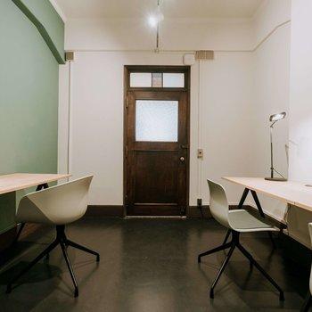 オレンジの光、スモーキーグリーンの壁、そして何だか趣あるブラウンの扉