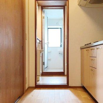 キッチンの隣に脱衣所。