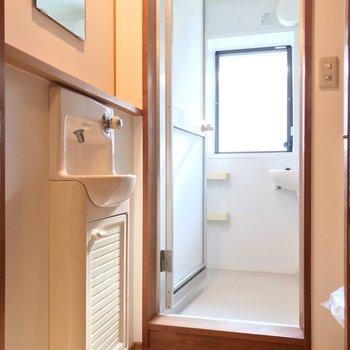 スリムな手洗いの向かいにトイレ。ここが脱衣所になります。