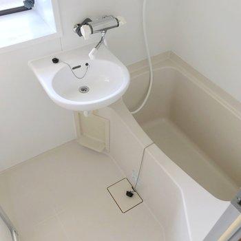 お風呂は窓付き。サーモ水栓で温度調節簡単。
