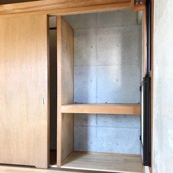 棚にはケースを使って上手に収納しよう。