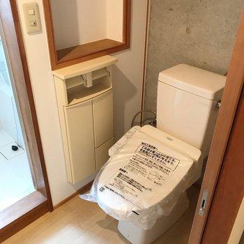 トイレはウォシュレット付き。収納力もしっかり。