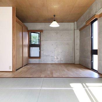 どーんと広い居室は異素材の組み合わせ。ダイニングと寝室で分けたいな。