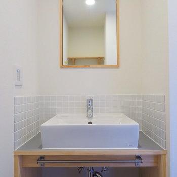 【イメージ】白タイルが特徴の独立洗面台