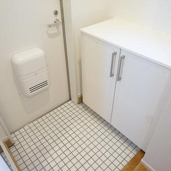 【イメージ】明るい白タイルの玄関に下駄箱を設置します