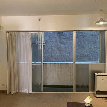 【工事前】寝室側の眺望は建物で遮られています ※2階の似た間取り、別部屋のもの