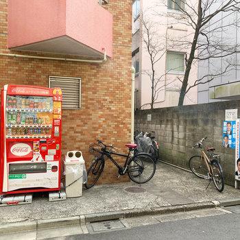 駐輪場と自販機。