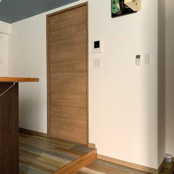 キッチン向かいの扉がサニタリー