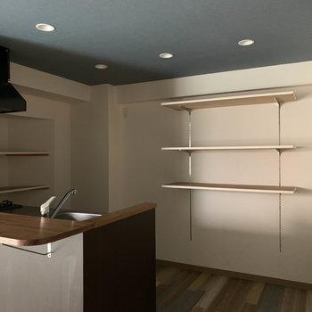キッチン側へ。後ろ2個所に造作の棚!