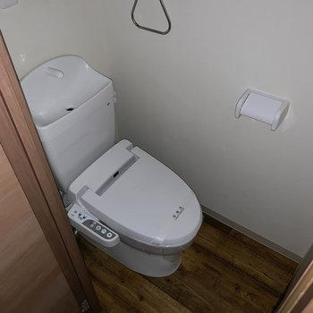 洗面台の後ろ、扉開けるとトイレが登場。※通電前につきフラッシュを使用しています