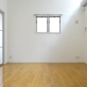 リビング横に洋室への引き戸。