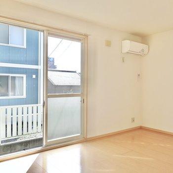 南向きの窓から明るい日差しが舞い込むLDK。窓の右手にはテレビを。(※写真は1階の同間取り別部屋のものです)