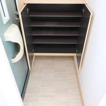 玄関は脱衣所の目の前に。タタキの広さも靴箱の大きさもちょうど良い。(※写真は1階の同間取り別部屋のものです)