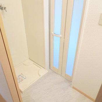 脱衣所は少しコンパクトですが必要十分な広さ。左手には洗濯機置き場。(※写真は1階の同間取り別部屋のものです)