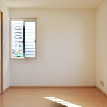 こちらも二面採光。大きめのベッドを置いて寝室に。(※写真は1階の同間取り別部屋のものです)