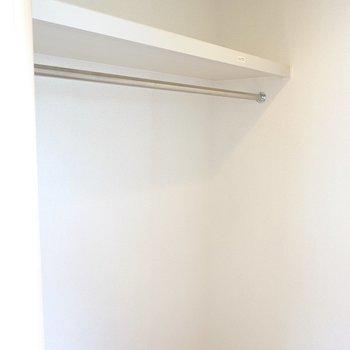 二面にハンガーパイプがあり、たっぷり服を収納してくれます。(※写真は1階の同間取り別部屋のものです)