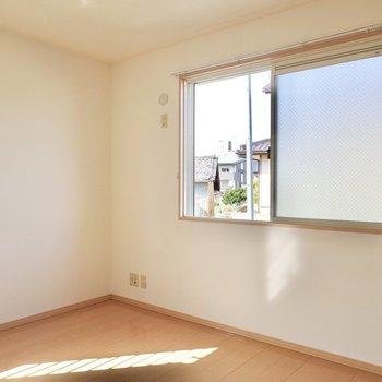 廊下の奥には洋室。大きな腰窓から見える景色が心地良い。(※写真は1階の同間取り別部屋のものです)