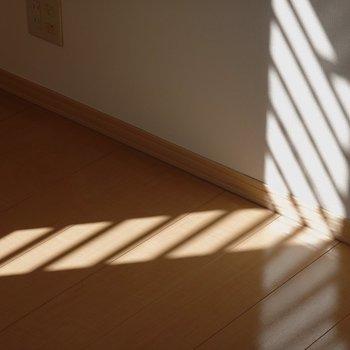 ルーバーの影が素敵◎(※写真は1階の同間取り別部屋のものです)