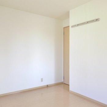 入り口側の壁にはフックもついています。(※写真は1階の同間取り別部屋のものです)