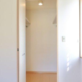左の扉を開けると中はウォークインクローゼット。(※写真は1階の同間取り別部屋のものです)